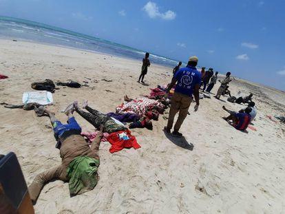 Trabajadores de la OIM y de las fuerzas de seguridad de Yibuti junto a los cadáveres de los migrantes fallecidos el pasado lunes cuando intentaban regresar al continente africano.
