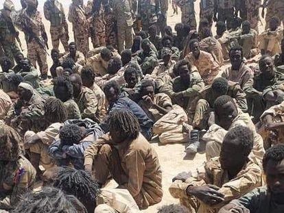 Un grupo de supuestos rebeldes detenidos por el Ejército de Chad, cerca de la localidad de Zigueye.