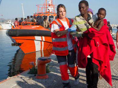 Una patera con 70 inmigrantes, entre ellos siete menores, llega a Motril.
