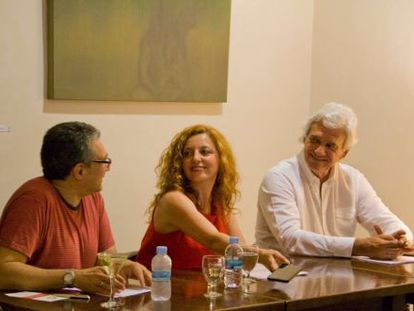 Marta R. Sobrecuevas, Rafael Soler y Juan Luis Bedins en uno de los últimos actos celebrados en Café Malvarrosa.