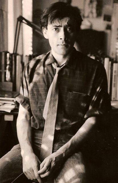 Luis Gómez Escolar, con corbata y en su estudio durante la década de los ochenta. Imagen cedida por el letrista.