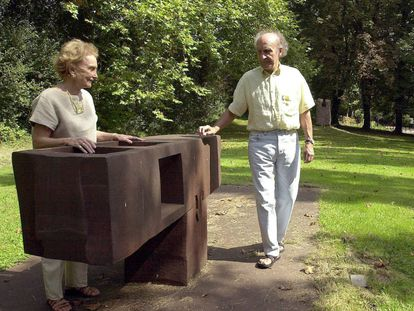 Pilar Belzunce y Eduardo Chillida contemplan la obra 'Gora-bera', en Chillida-Leku en 2000.