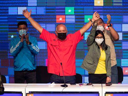 Diosdado Cabello, candidato chavista, y Delcy Rodríguez, vicepresidente de Venezuela, celebran los resultados electorales este lunes en una rueda de prensa.