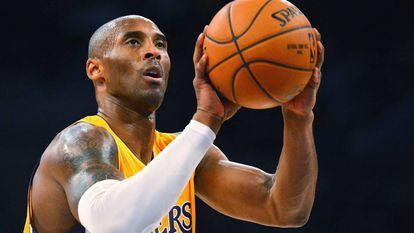 Kobe Bryant lanzando un tiro libre para los Lakers.
