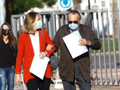Carlos Fabra, con su hija Andrea, a su llegada el pasado mes a los juzgados de Castellón, que lo investigan por cinco presuntos delitos.