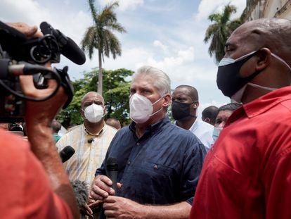 El presidente cubano, Miguel Díaz-Canel, habla con la prensa en San Antonio de los Baños (Cuba), el pasado 11 de julio.