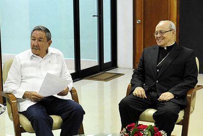 El presidente cubano, Raúl Castro, y el cardenal Jaime Ortega, durante una reunión en La Habana el pasado día 7.