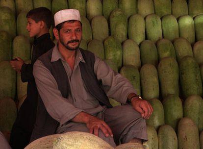 Abbas Khan, junto a su puesto de sandías en Kabul.