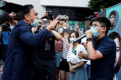 Un defensor de Pekín, a la izquierda, increpa al activista prodemocracia Joshua Wong, este sábado en Hong Kong.