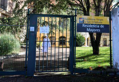Foto de archivo de una monja caminando hacia la puerta de uno de los centros golpeados por la pandemia, la residencia de mayores Santísima Virgen y San Celedonio, en Madrid capital.
