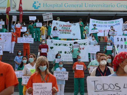 Protesta de los sanitarios de la sanidad pública en el hospital Gregorio Marañón bajo el lema 'Sanitarios necesarios'.