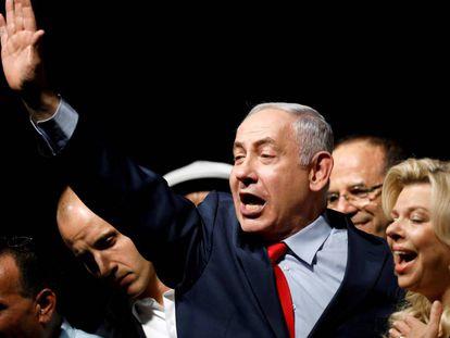 El primer ministro Benjamín Netanyahu y su esposa, Sara, en un acto ante sus partidarios en Tel Aviv.