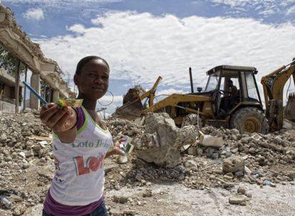 Una mujer vende lotería en las ruinas del campo de Marte.