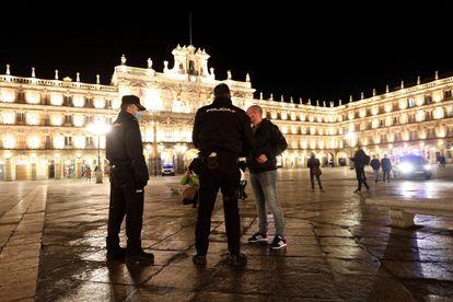 Agentes de policía controlan el cumplimiento del nuevo toque de queda, este sábado en Salamanca.
