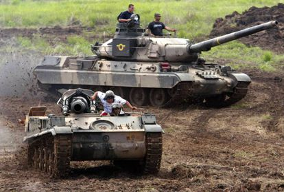 Carro de combate AMX-30 del Ejército venezolano durante unas maniobras, al fondo, en una imagen de archivo.