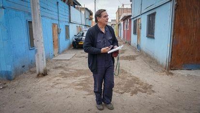 El sacerdote Felipe Berríos, en La Chimba, en Antofagasta, la semana pasada.