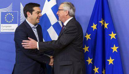 Tsipras y Juncker se saludan en Bruselas el pasado febrero.
