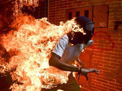 Un manifestante en llamas durante unos enfrentamientos con la policía durante una protesta en contra del presidente venezolano, Nicolás Maduro, en Caracas (Venezuela), el 3 de mayo de 2017.
