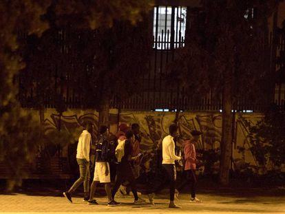 Varios menores extranjeros no acompañados en los alrededores del centro de acogida de Hortaleza (Madrid).