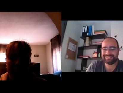 Salvador Herrero, a la derecha, durante una conversación de Skype con una de las personas a las que contrató para su oscuro proyecto online.