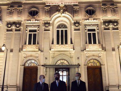 El ministro de Justicia, Juan Carlos Campo (a la izquierda), junto al presidente del Supremo y del CGPJ, Carlos Lesmes (en el centro) y el presidente de Iberdrola (a la derecha) el pasado martes ante la sede del alto tribunal.