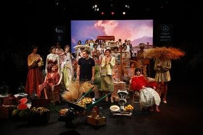 Las modelos del desfile de Duyos posan con el diseñador en la apertura de la Pasarela Cibeles 2021, este jueves.