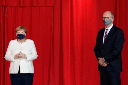 La canciller Angela Merkel junto con el gobernador del Estado de Brandenburgo, Dietmar Woidke este sábado durante la celebración por el 30 aniversario de la reunificación alemana.
