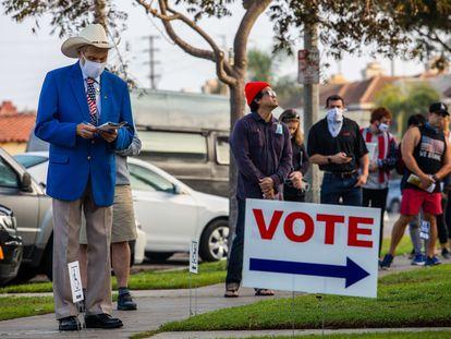 Votantes ante un colegio electoral en Huntington Beach (California).