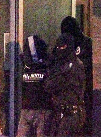 Agentes de la Ertzaintza trasladan al presunto etarra Gurutz Aguirresarobe Pagola, detenido hoy en Hernani (Guipúzcoa).