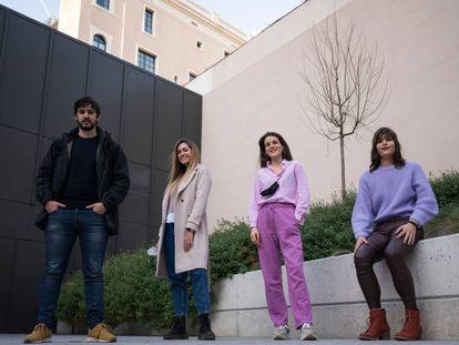 Cuatro jóvenes relatan su precaria relación con el mercado del trabajo en Cataluña.