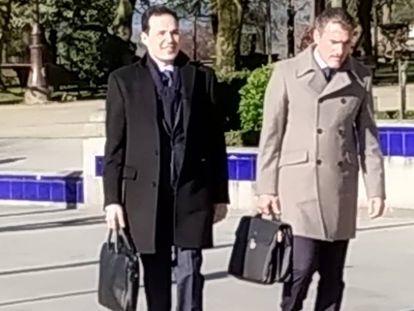 José Emilio Silvaje (izquierda) llega a la Audiencia de Lugo con su abogado.