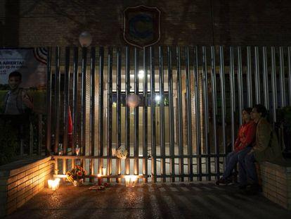 La vigilia en el Colegio Cervantes tras el tiroteo en Torreón (Coahuila).