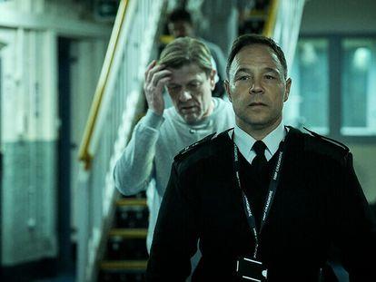 Sean Bean (al fondo) y Stephen Graham en la miniserie 'Condena'.