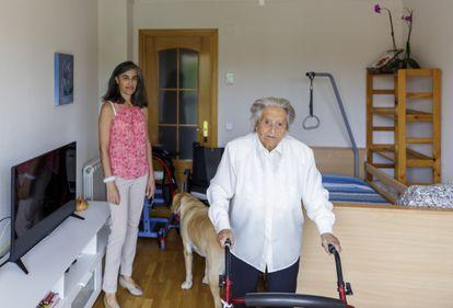 Candelas Leal y su madre, a la que sacó de una residencia para cuidarla en casa.