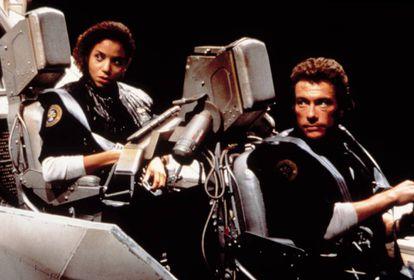 Gloria Reuben acompaña a Jean-Claude Van Damme en sus pesquisas temporales en 'Timecop'.