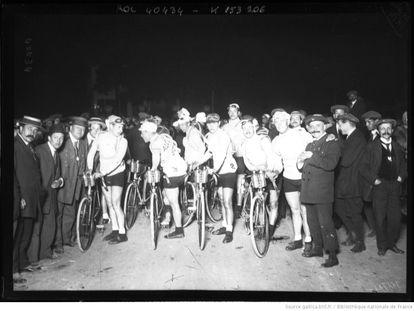 Salida de madrugada de la primera etapa del Tour en 1914.