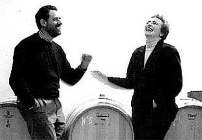 Abel Mendoza, junto a su mujer, y enólogo de la bodega, Maite Fernández.