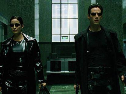 Los personajes de Keanu Reeves y Carrie-Anne Moss, en un fotograma de la primera entrega de 'Matrix'.