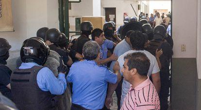 Los huelguistas entran en el edificio del gobierno en Catamarca.