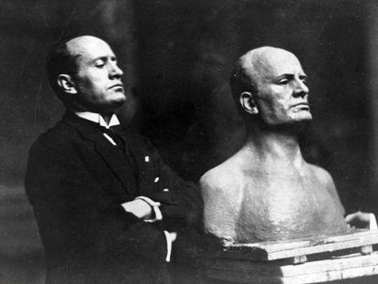 Mussolini, junto a un busto en su honor, en 1925.