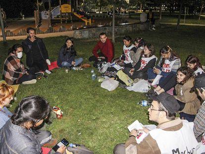 Un grupo de estudiantes turcos protesta en un parque de Estambul, el pasado 21 de septiembre, en una imagen de Twitter.