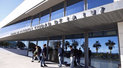 Alumnos en la puerta del Centro de Estudios de Ciudad de la Luz.