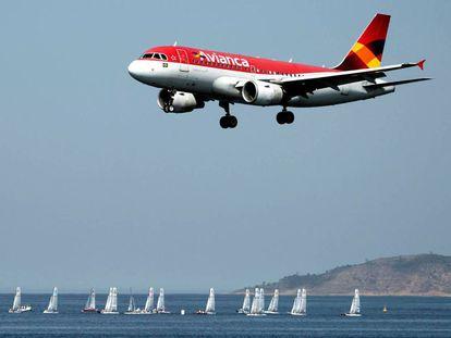 Un avión de Avianca, en aproximación al aeropuerto de Río de Janeiro.