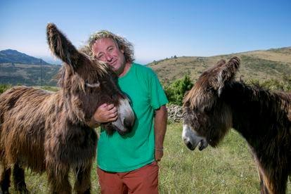 Casimiro Rodríguez abraza a su tocayo, el burro 'Casimiro', junto a la burra 'Paca', en una finca de Robledondo.