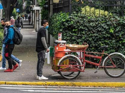 Un vendedor ambulante en la calle Horacio, de la zona de Polanco de la Ciudad de México, en agosto de 2020.