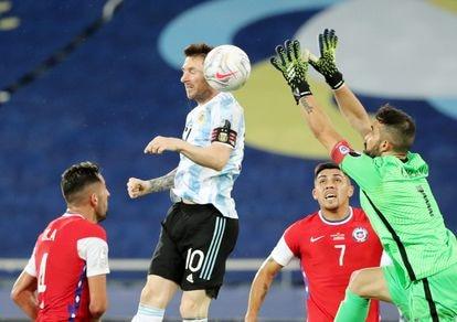 Messi remata ante Bravo en el estreno de Argentina frente a Chile en la Copa América.