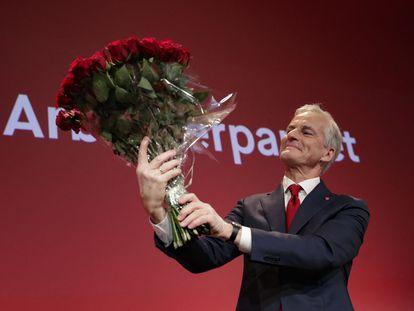 El líder laborista noruego, Jonas Gahr Store, sostenía un ramo este lunes tras conocer los resultados de la elecciones.