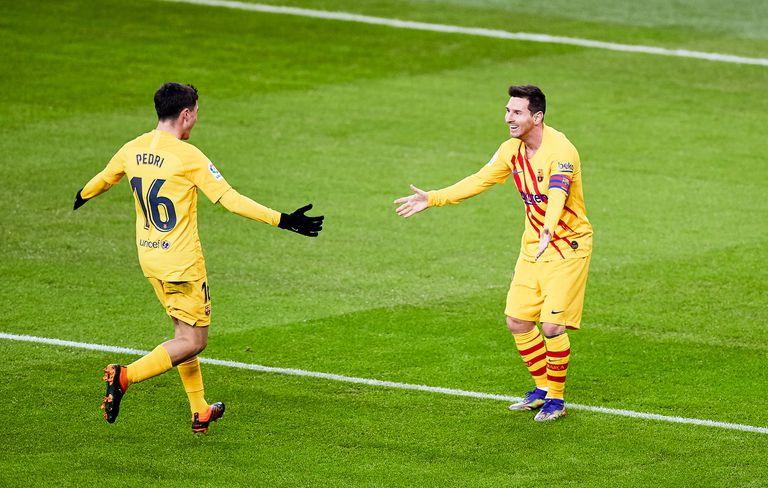 Messi celebra con Pedri el segundo gol del Barcelona ante el Athletic.