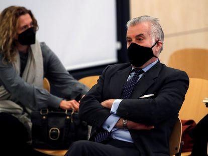 """El extesorero del PP Luis Bárcenas, sentado en el banquillo de los acusados durante la primera sesión del juicio de los """"papeles de Bárcenas"""" el pasado día 8."""