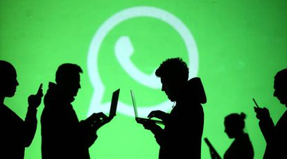 Usuario frente al logo de Whatsapp.